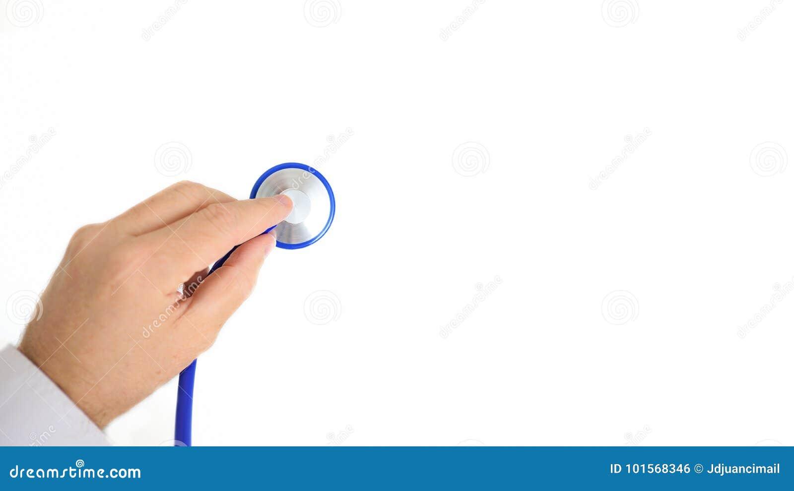 Doktorska ` s ręka trzyma stetoskop przeciw białemu tłu