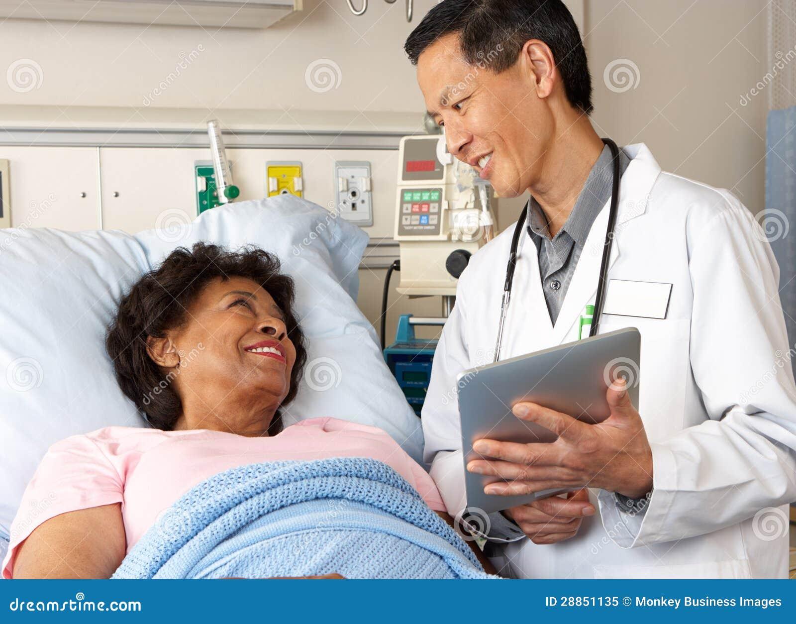 Doktorska Używa Cyfrowej pastylka Opowiada Z Starszym pacjentem
