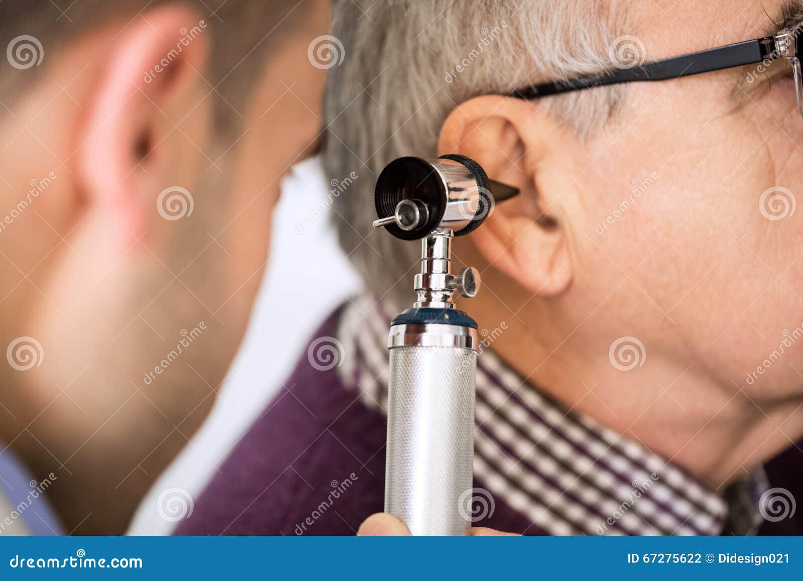 Doktorski Egzamininuje pacjenta ucho