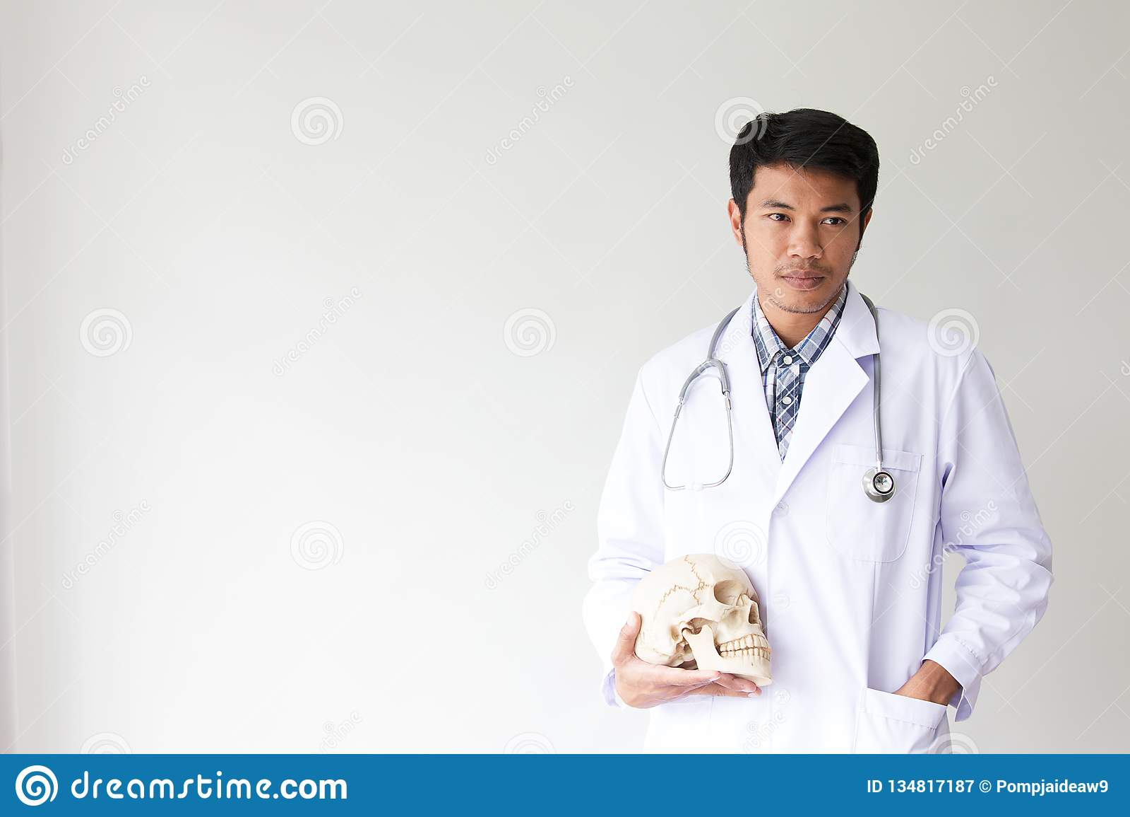 Doktorski męski ja target458_0_ portreta Życzliwa młody człowiek lekarka z stetoskopem wokoło na szyi ludzie azjatykci