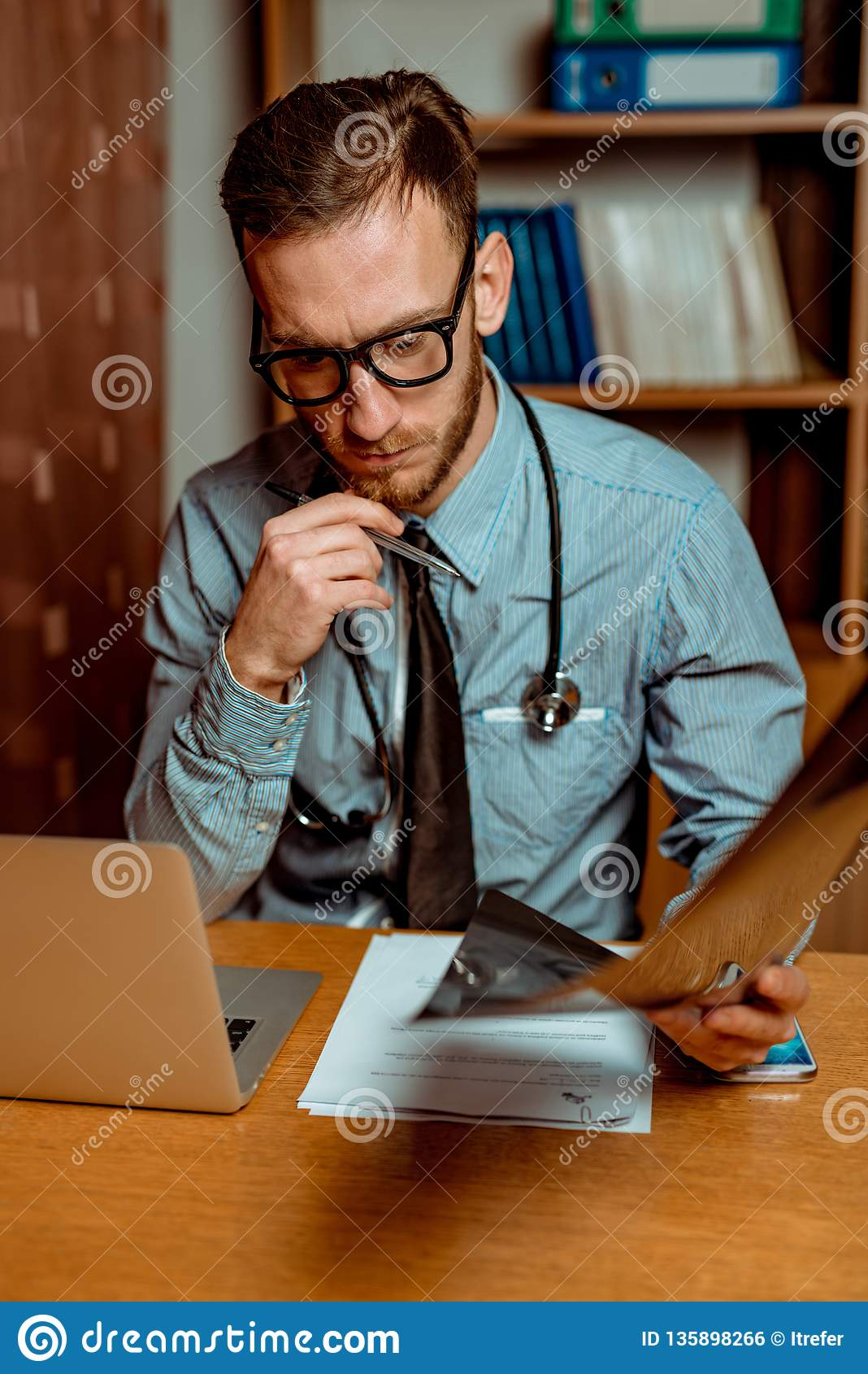 Doktorski Obserwuje promieniowanie rentgenowskie