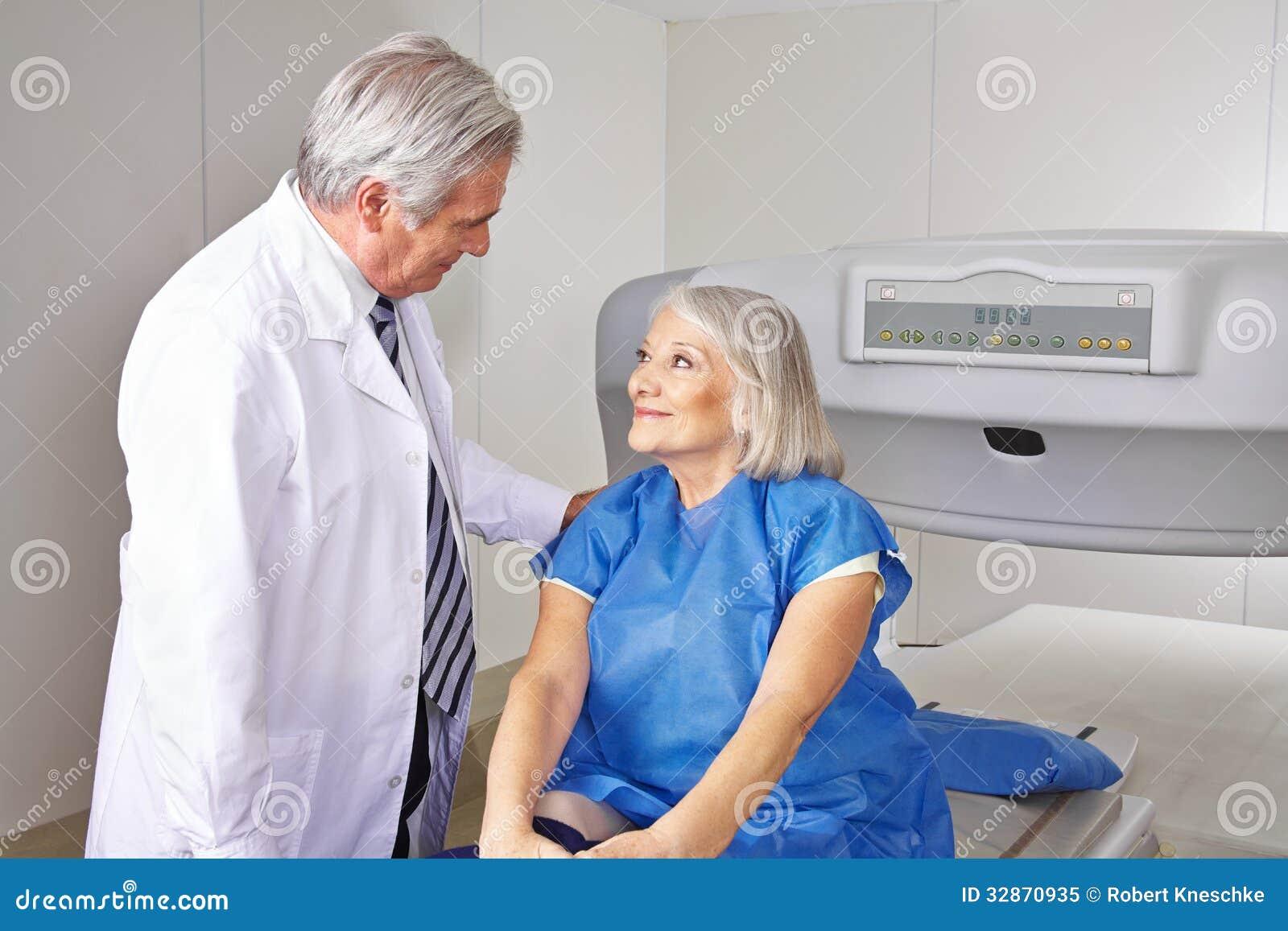 Doktorski opowiadać starszy pacjent w radiologii