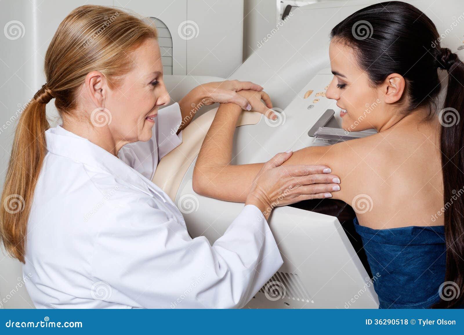 Doktorski Pomaga pacjent Podczas Mammography