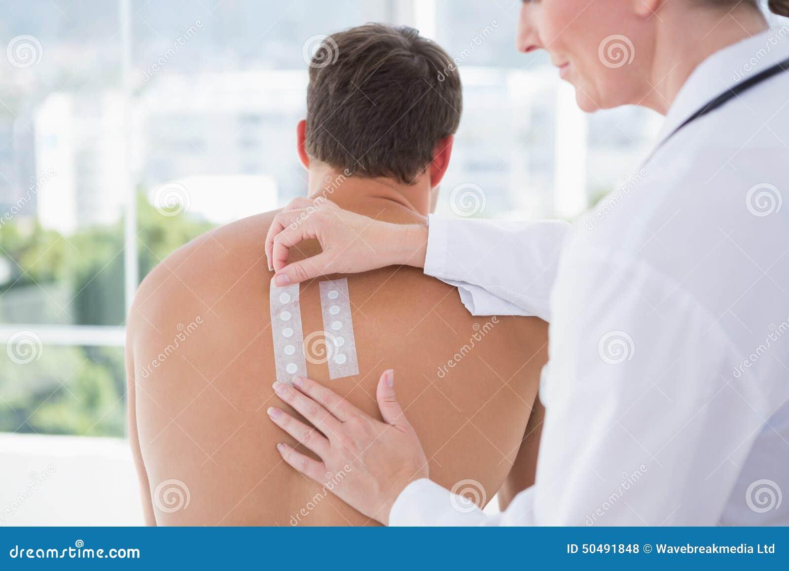Doktorski robi skóra test jej pacjent