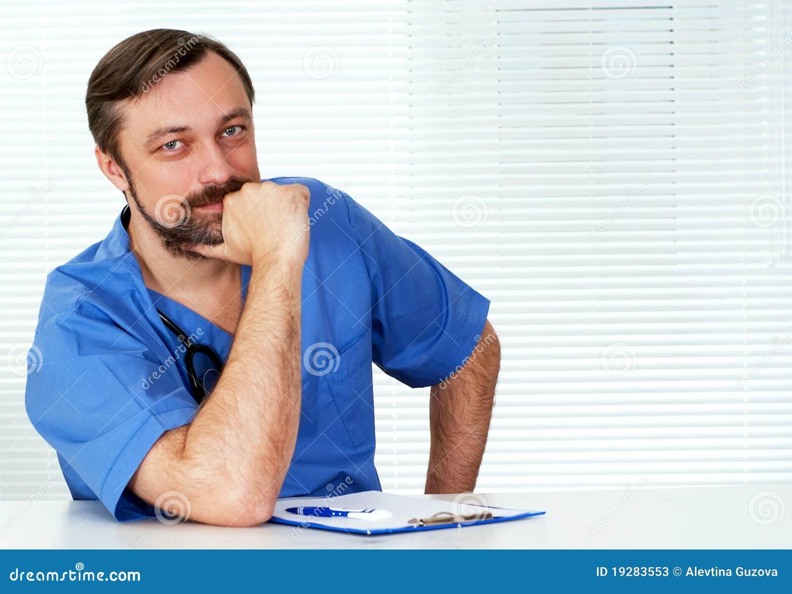 Doktorski siedzący biel