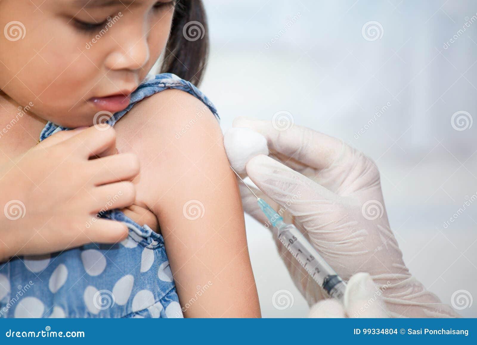 Doktorski wstrzykiwania szczepienie w ręce azjatykcia małe dziecko dziewczyna