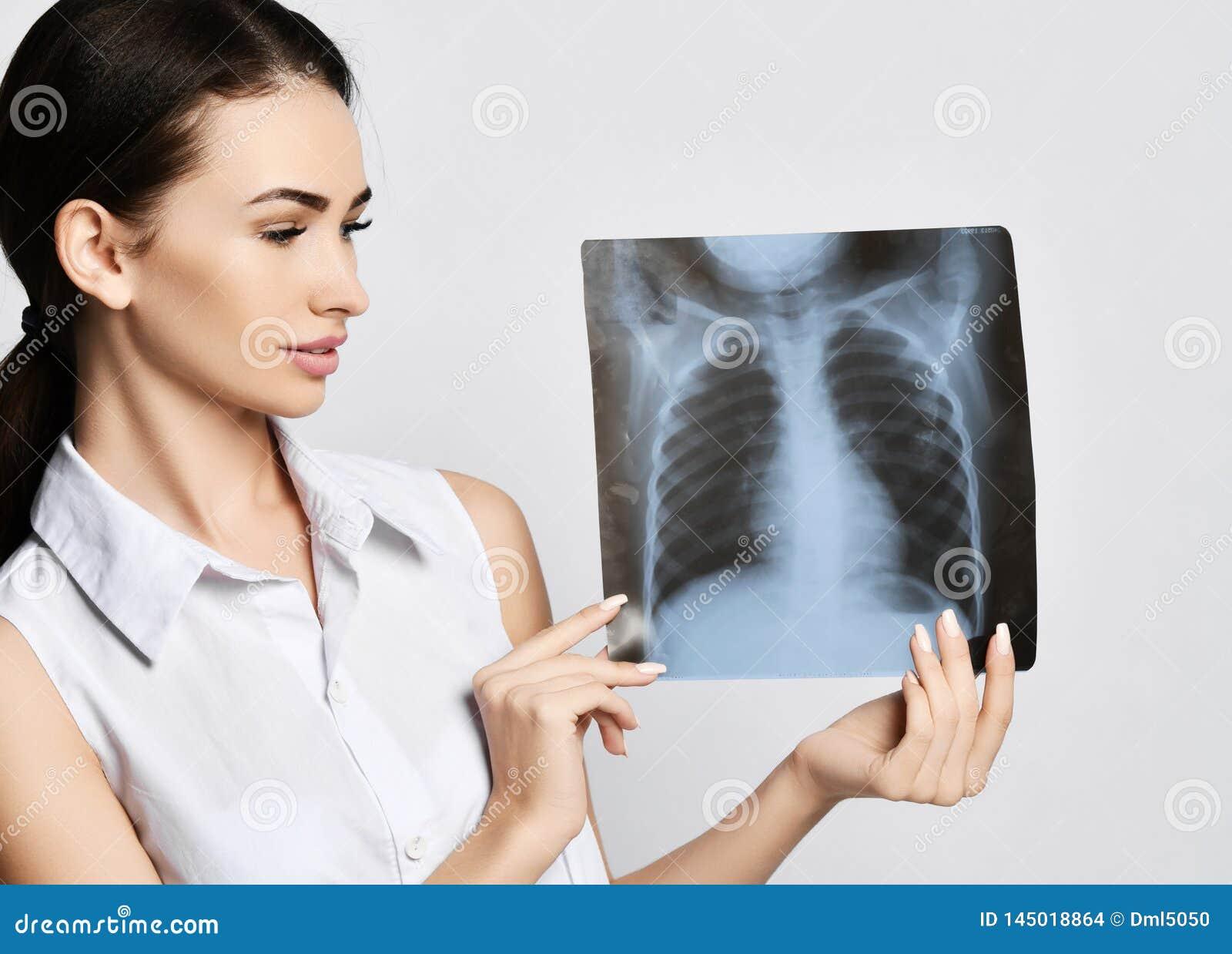 Doktorskich kobieta chwyta płuc Radiologiczny egzamin cierpliwa klatka piersiowa na szarość