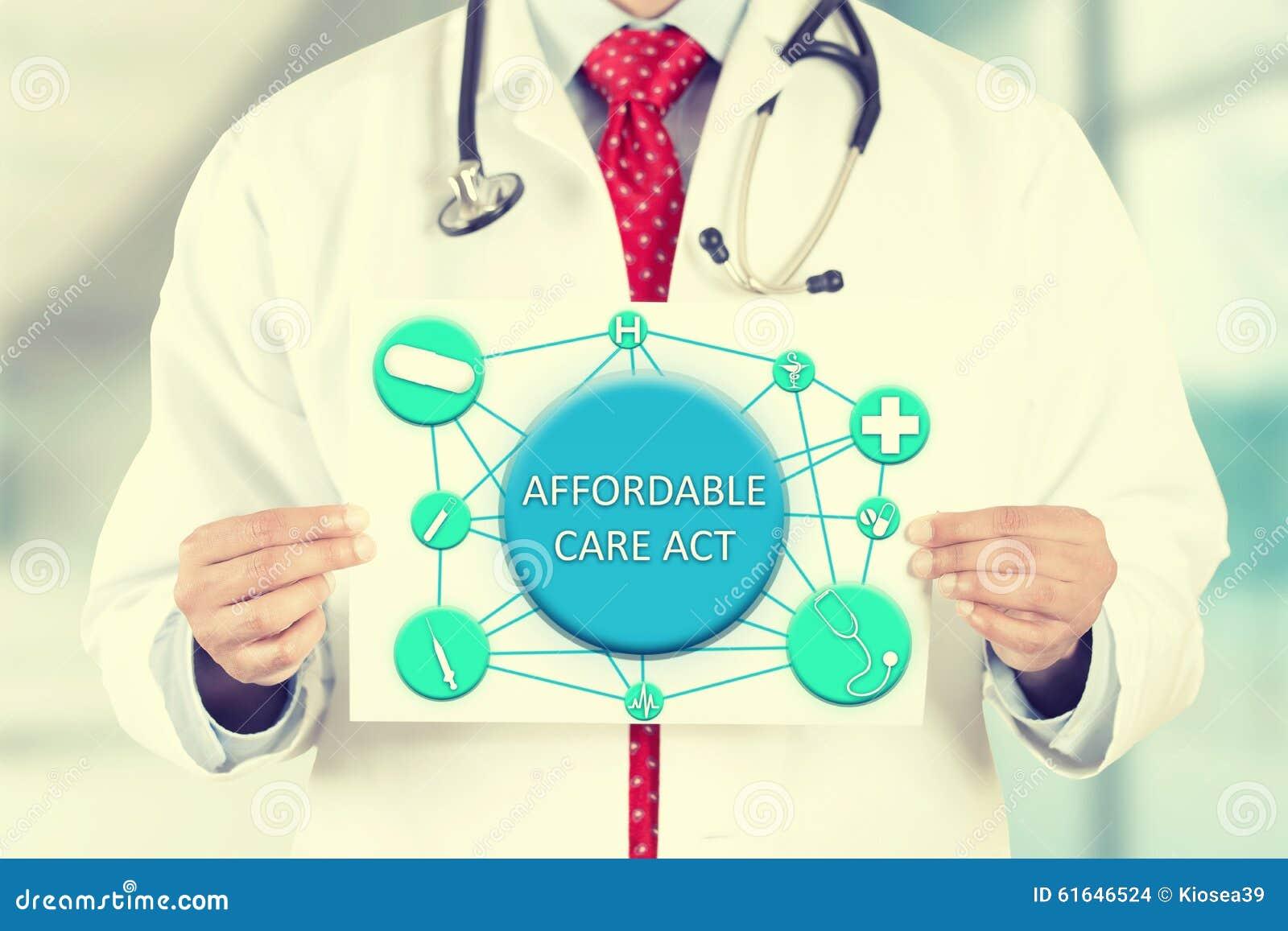 Doktorskie ręki trzyma biel karty znaka z niedrogą opieką postępują wiadomość tekstową