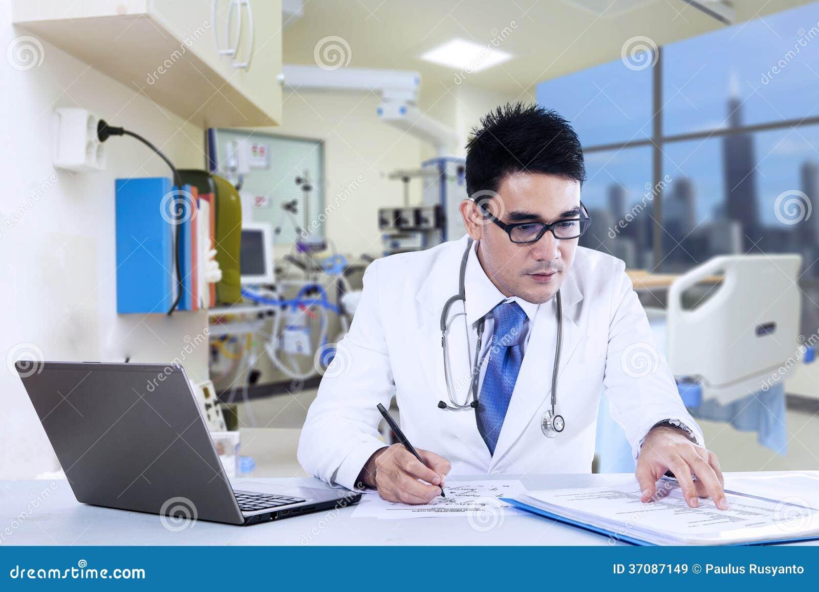 Download Doktorskie Writing Notatki Z Laptopem Obraz Stock - Obraz złożonej z koreańczyk, azjata: 37087149