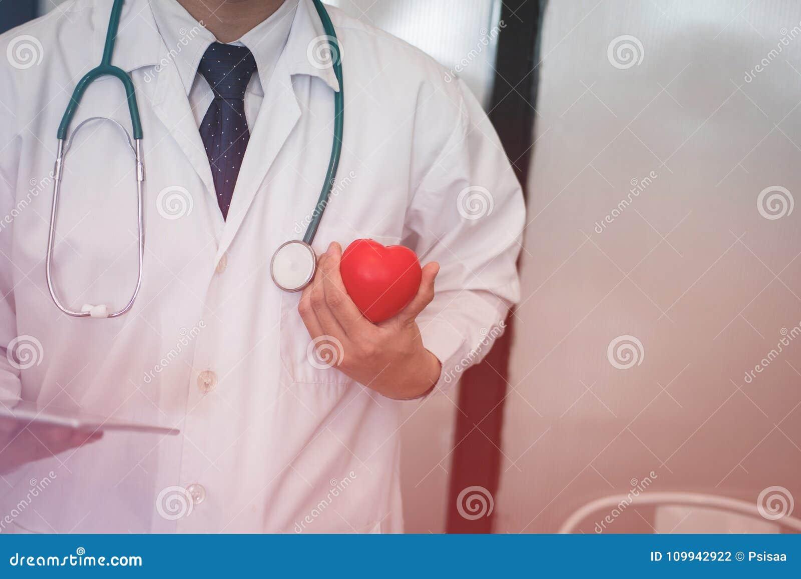 Doktorskiego mienia czerwony serce przy szpitalem medyczny, opieka zdrowotna, cardi