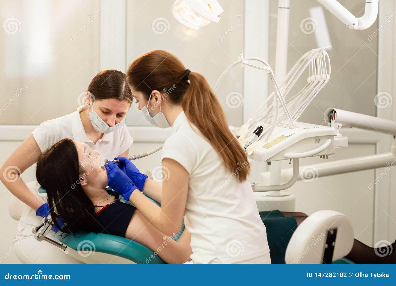 Doktorskiego whit cz?stowania pomocniczy z?by pacjent, zapobiega pr?chnicy 3d poj?cia r?ki m??czyzna stomatology z?b