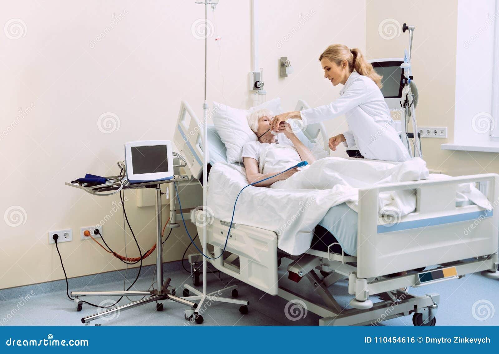 Doktorsportionpatient med syremaskeringen