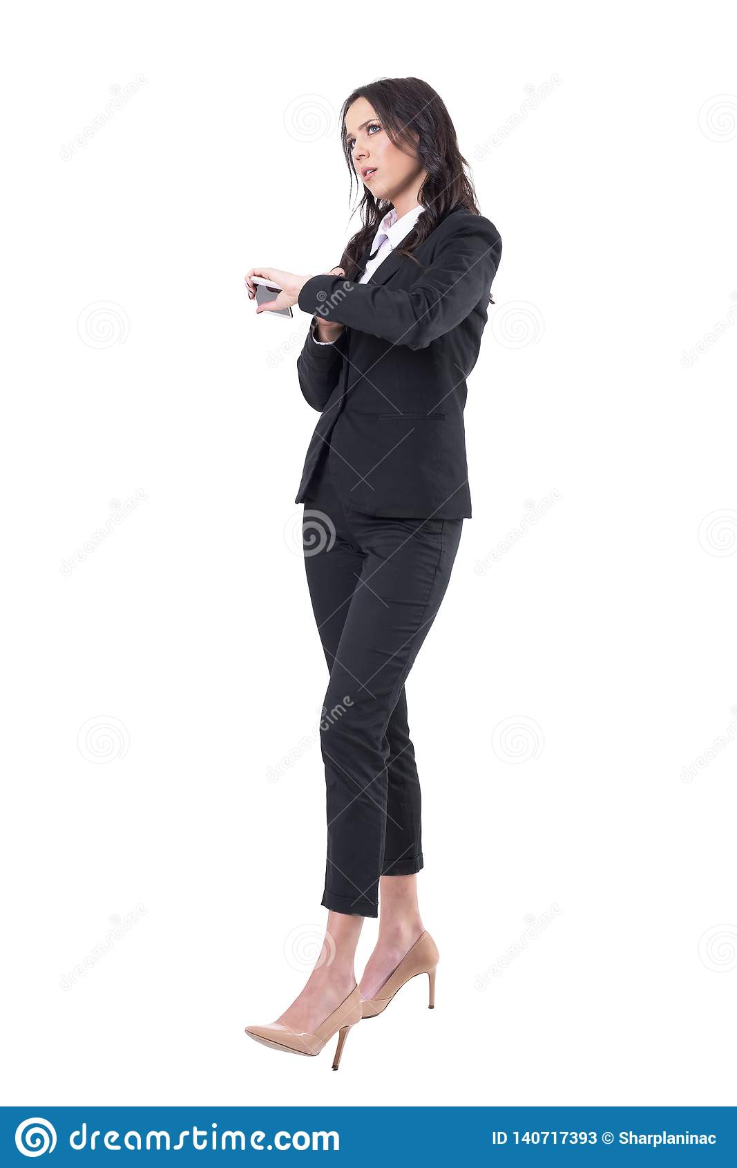 Dokuczająca biznesowa kobieta sprawdza czasu mienia telefon komórkowego czekać na someone