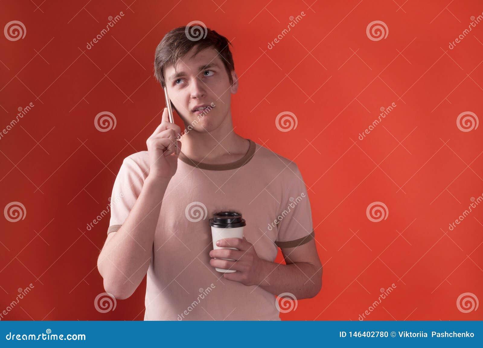 Dokuczający młody człowiek w beżowej t koszula