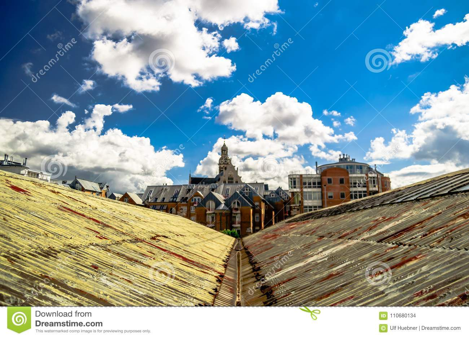 Dokuje budynki w porcie Antwerp, Belgia -