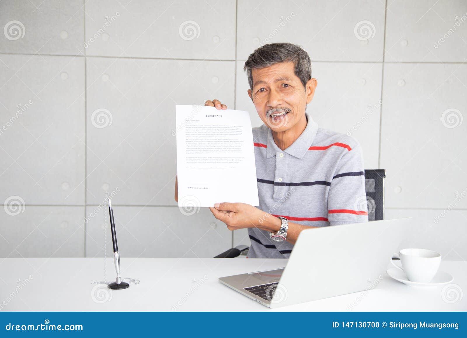 Dokument för gamal manshowavtal efter tecken och leende med lycklig känsla