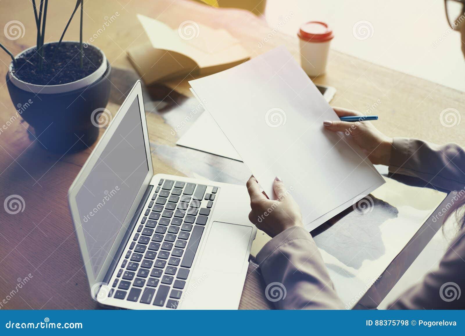 Dokumente tapezieren Blatt im Dachbodenbüro und arbeiten an Laptop-Computer Teamfunktion, Geschäftsleute Raum für Entwurf