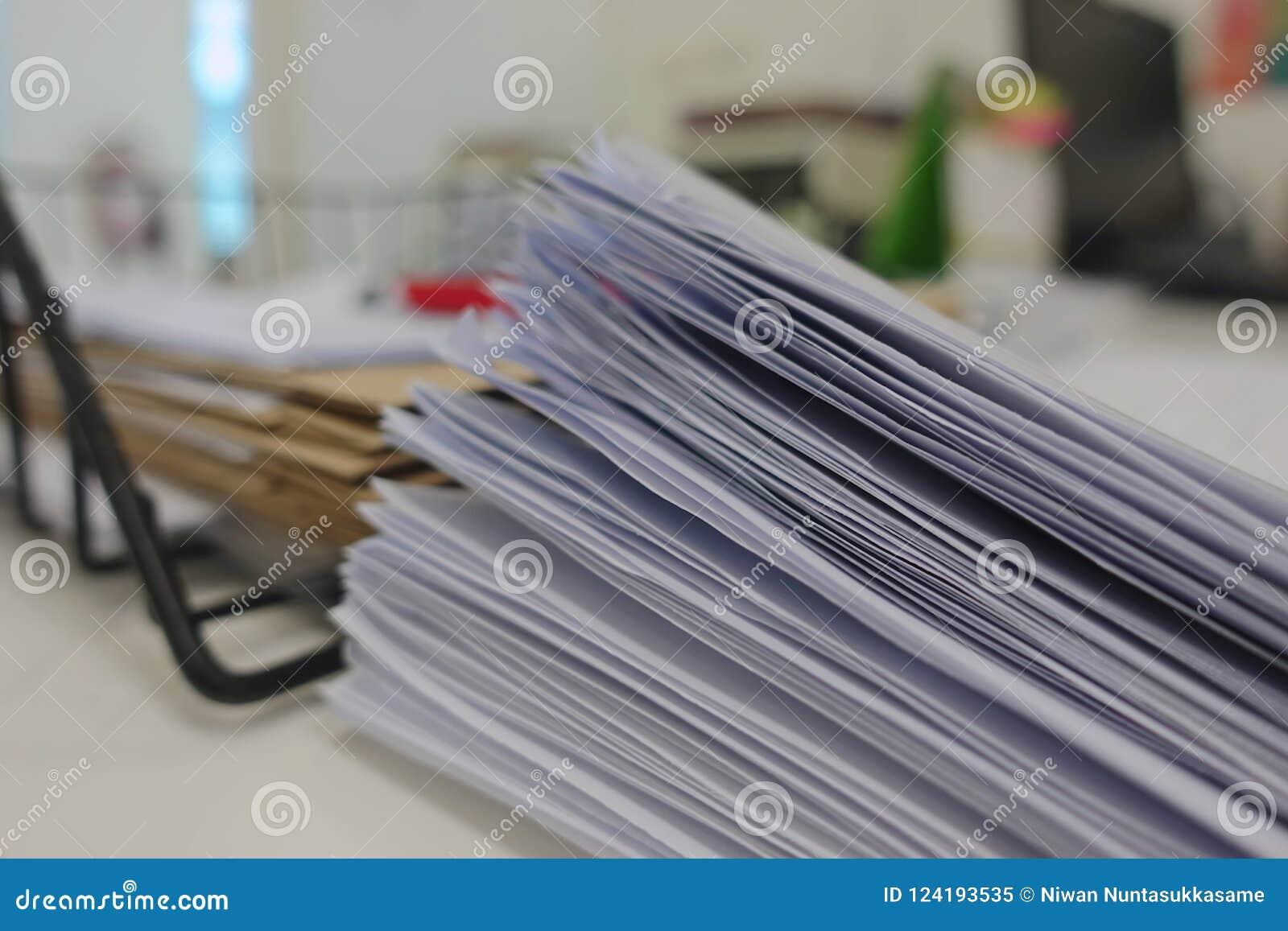 Dokumentenstapel auf Schreibtisch