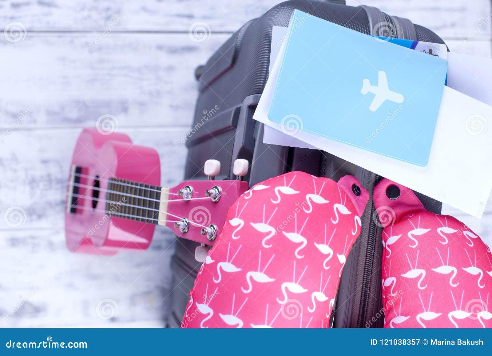 Dokumenty dla lota i paszport, walizka przy lotniskiem Wycieczka na wakacje z gitarą kosmos kopii