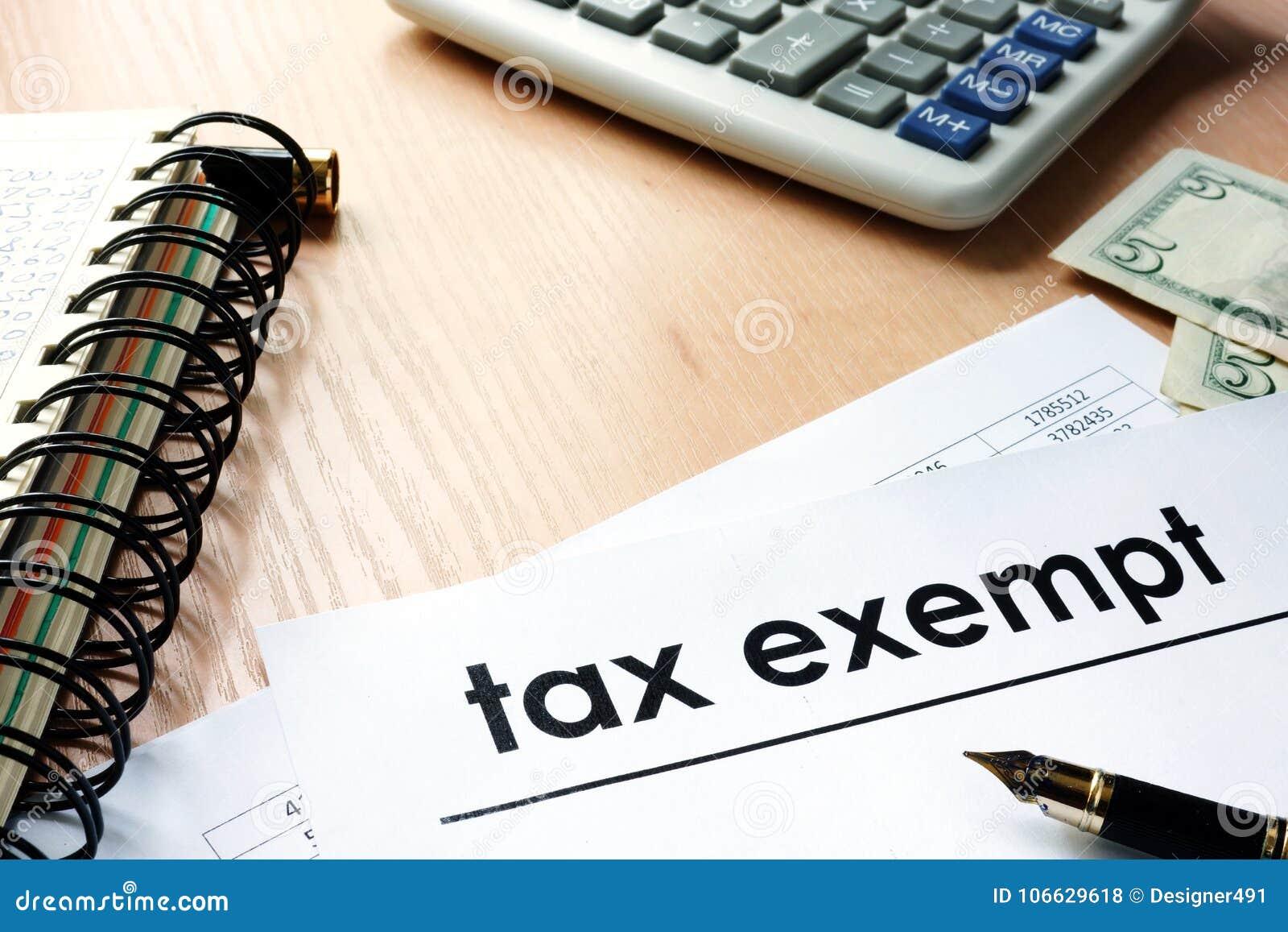Dokumenty z tytułowy zwolniony z podatku na stole