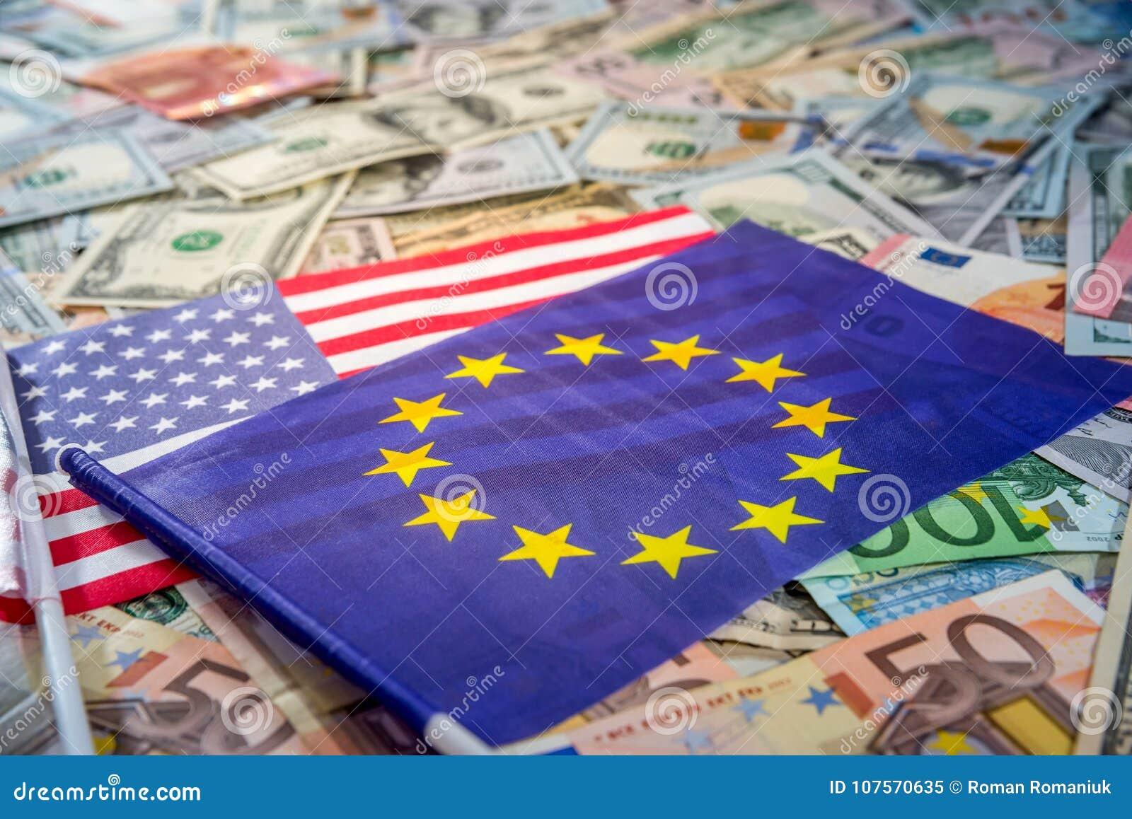 Dolar amerykański i euro na flaga Europejski zjednoczenie i Stany Zjednoczone