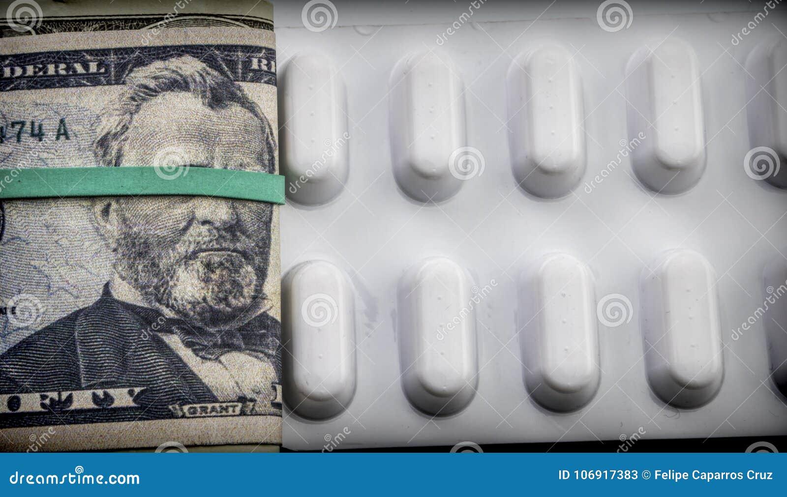 Dolarowi rachunki wraz z białym pigułka pakunkiem, konceptualny wizerunek