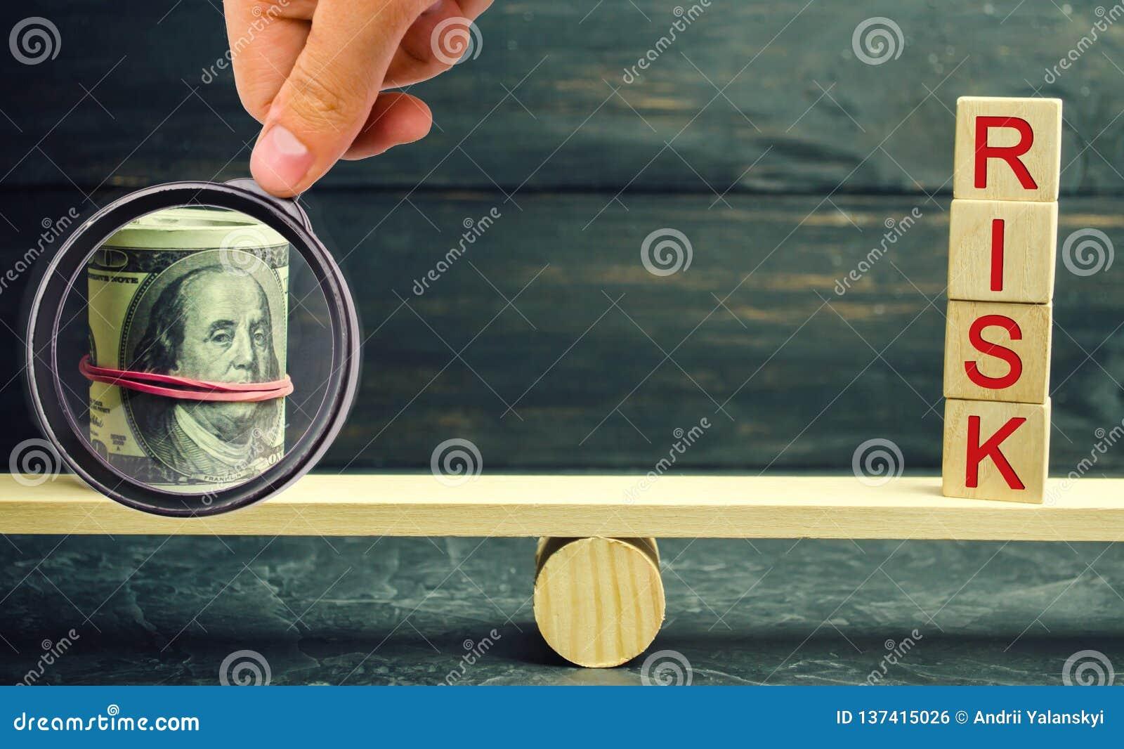 Dolary i wpisowy ryzyko są na skalach Pojęcie pieniężny i ekonomiczny ryzyko Nierzetelna inwestycja Niepłatna pożyczka