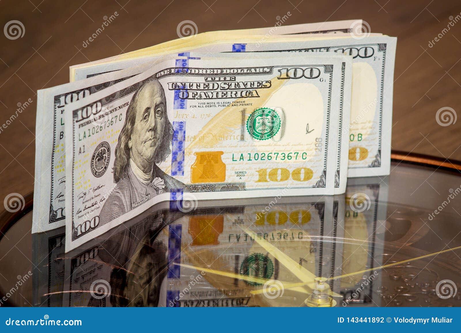 Dolary kłamstwa na dużym zegarze Czas zarabiać pieniądze Czas jest money_