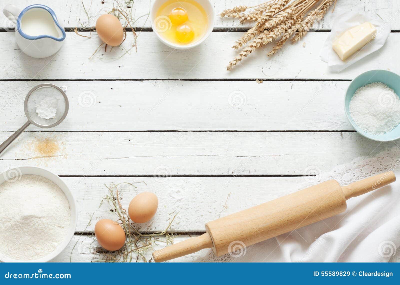 Dolce bollente in cucina rustica - ingredienti di ricetta della pasta sulla tavola di legno bianca