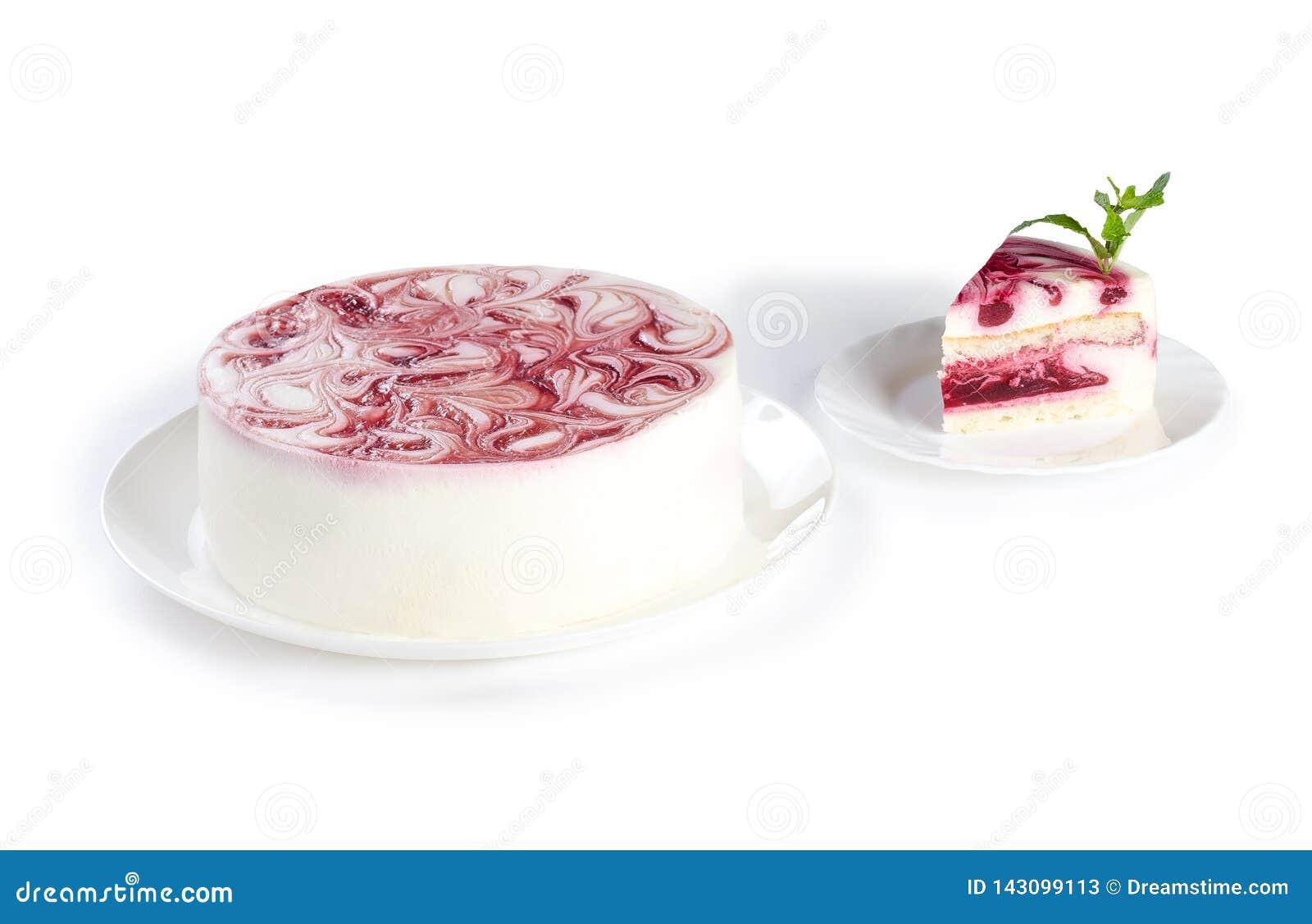 Dolce crema del lampone isolato su fondo bianco