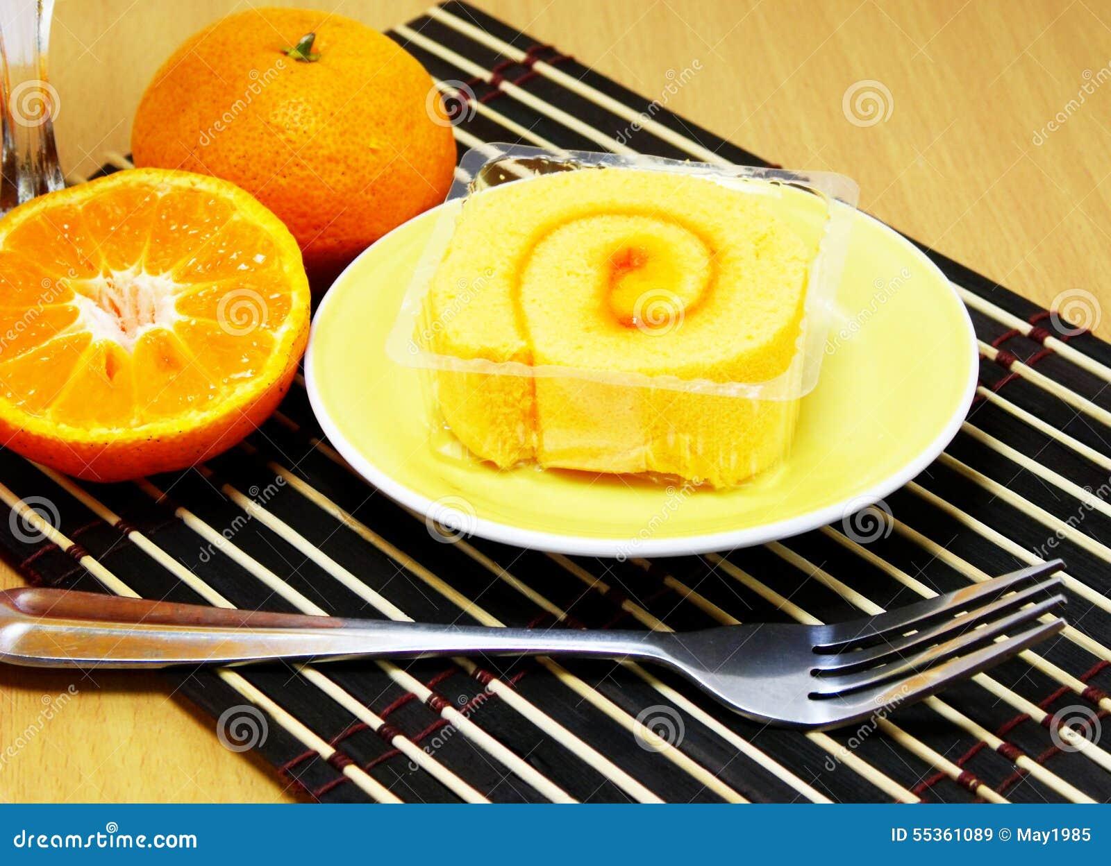 Dolce del rotolo della spugna con la crema arancio del rotolo