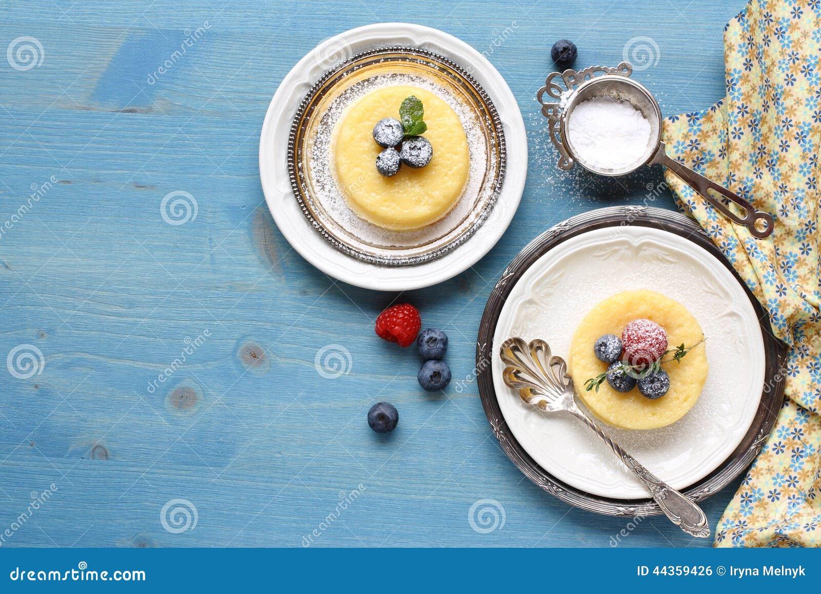 Dolce delizioso del budino del limone servito con le bacche