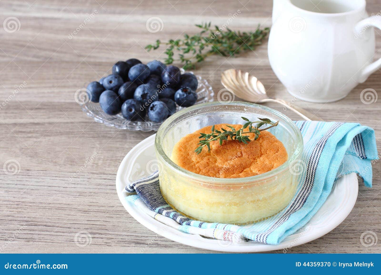 Dolce delizioso del budino del limone servito in ramekins