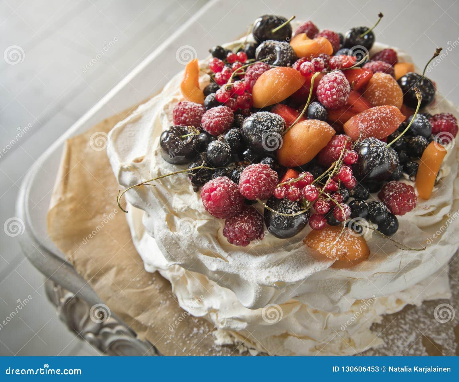 Dolce della meringa con frutta nel retro stile Copi lo spazio