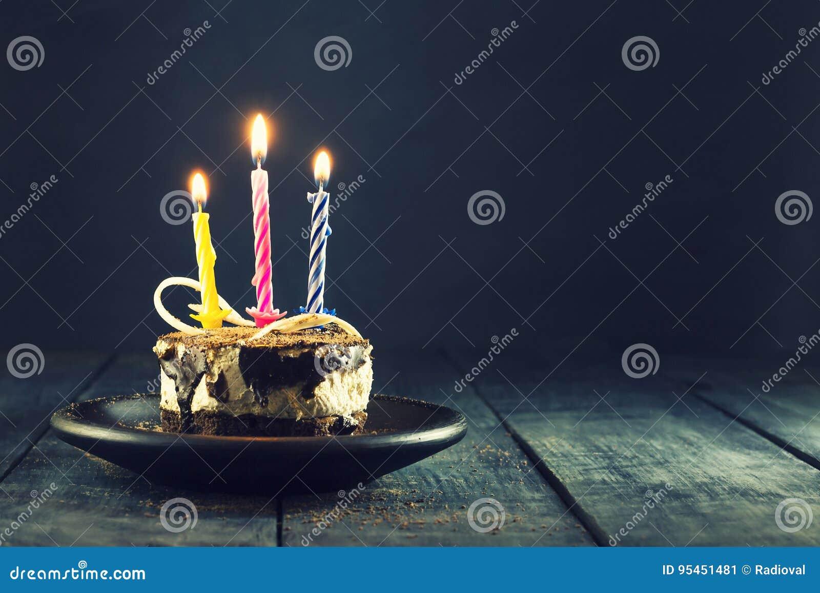 Dolce di cioccolato con una candela ed i regali Buon compleanno, carta Cartolina d auguri di feste