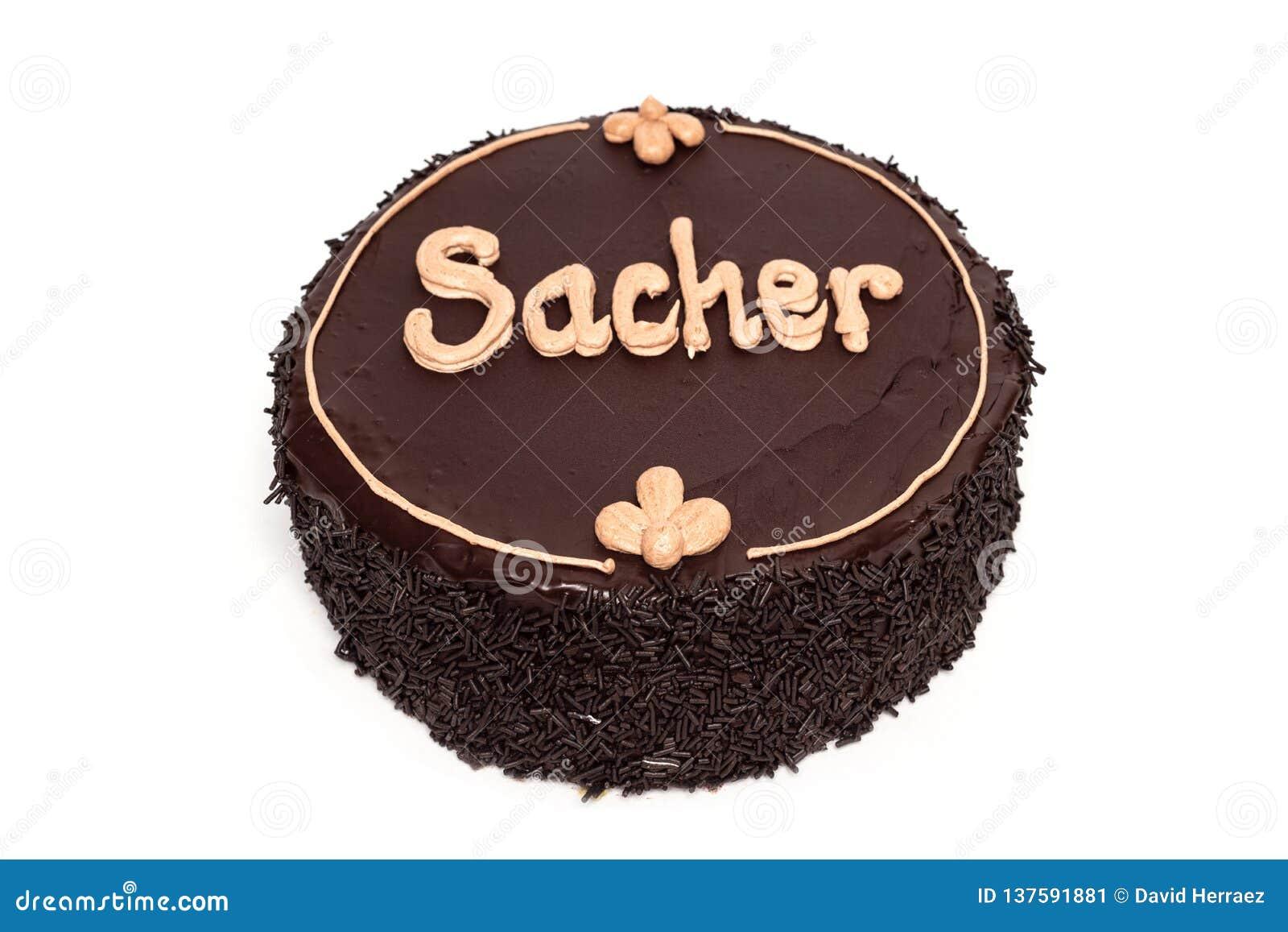 Dolce di cioccolato delizioso di Sacher isolato su fondo bianco