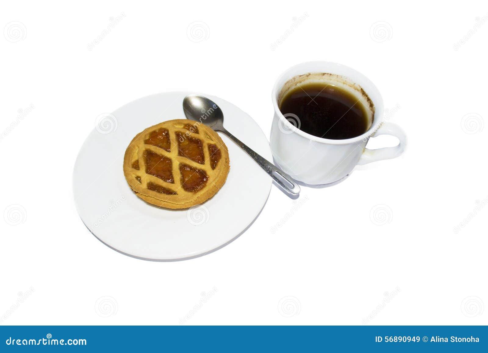 Dolce e biscotti su un piattino e su un caffè bianchi fare in un briciolo