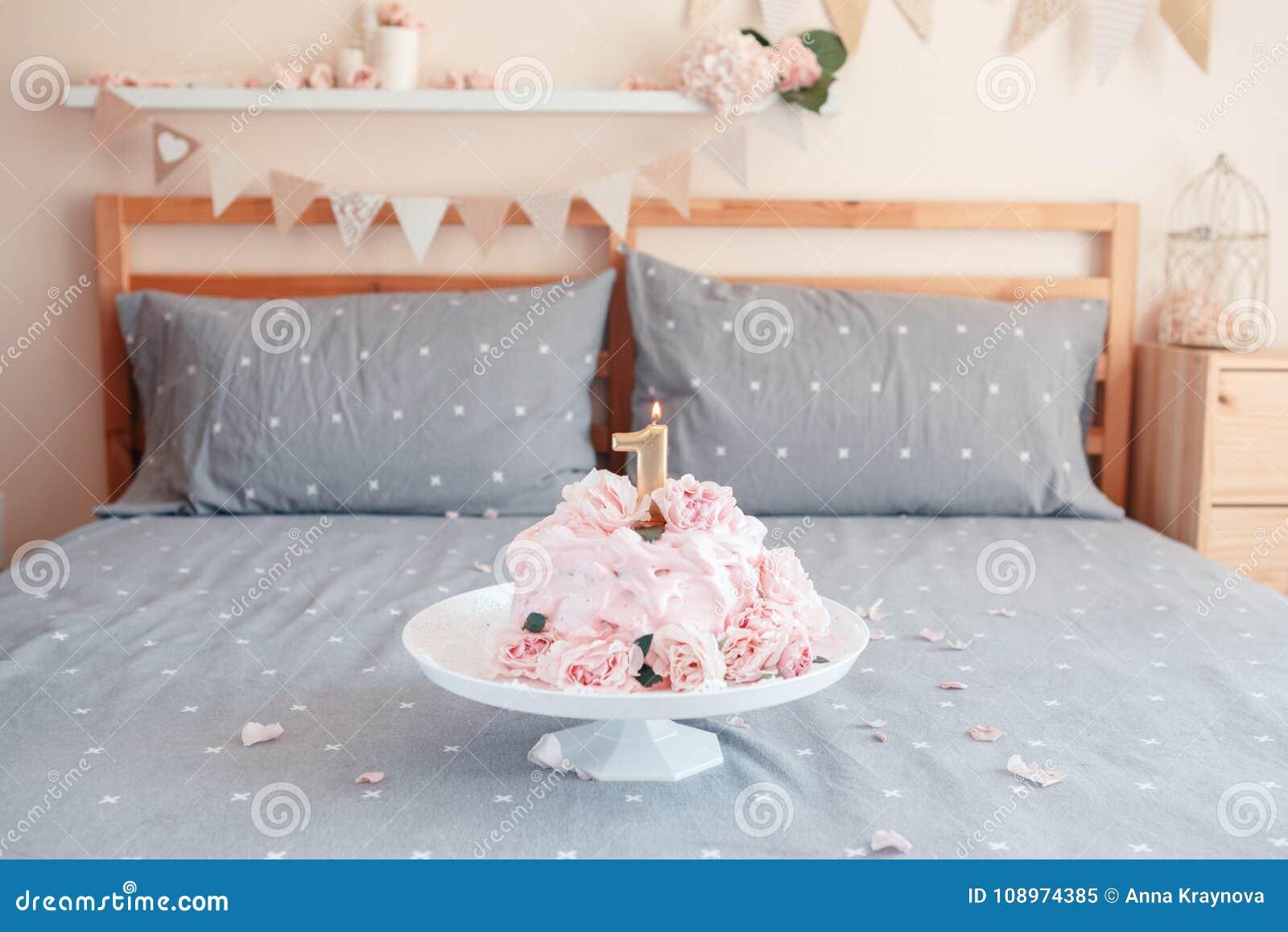 Candele Camera Da Letto : Dolce rosa con i grandi fiori rosa reali naturali e candela sul