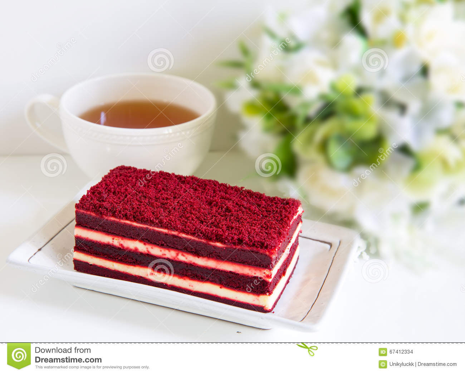 Dolce rosso del velluto e una tazza di tè