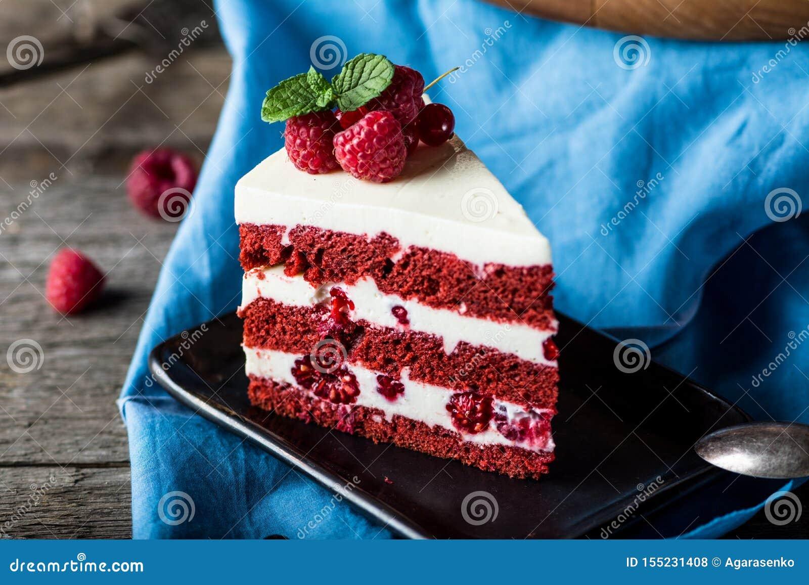 Dolce rosso del velluto sul bordo di legno Fetta di dolce Torta del lampone Il dolce del diavolo Dessert di nozze Torta di comple