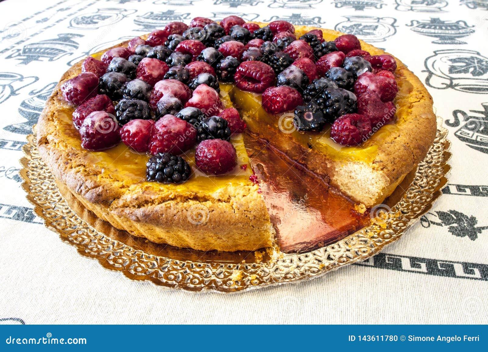 Dolce, torta di frutta coperta in lamponi e more