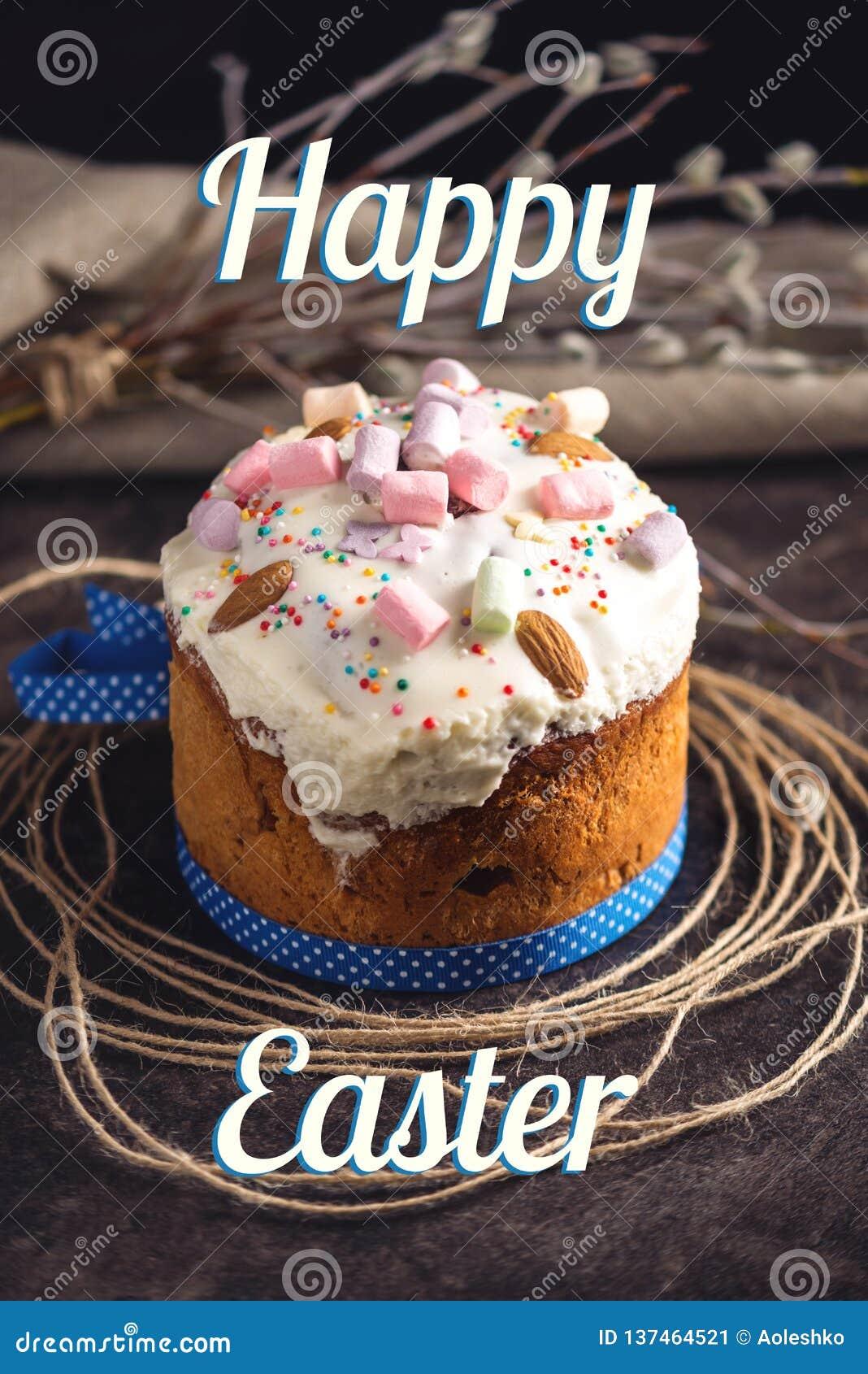 Dolce tradizionale di Pasqua ed uova variopinte e testo nello stile rustico su un fondo scuro Scheda di festa