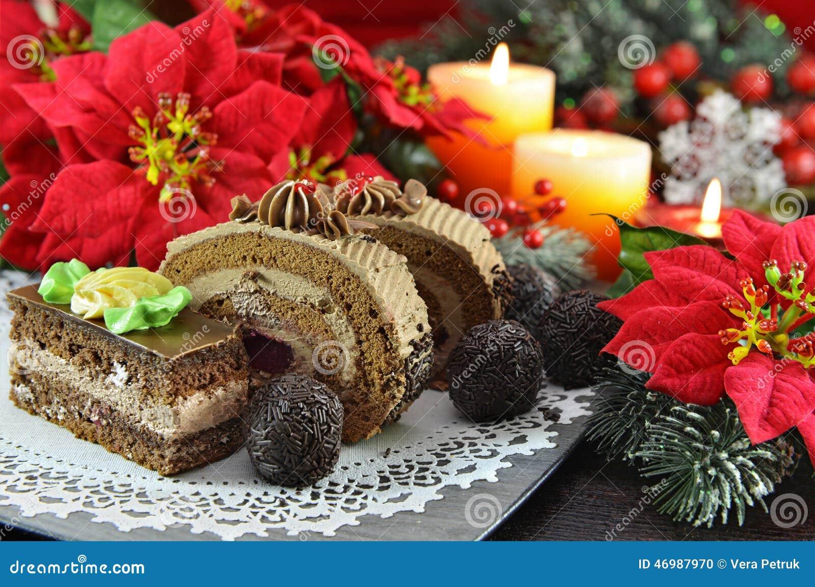 Dolci e dolci di cioccolato con le decorazioni di natale - Le decorazioni di natale ...
