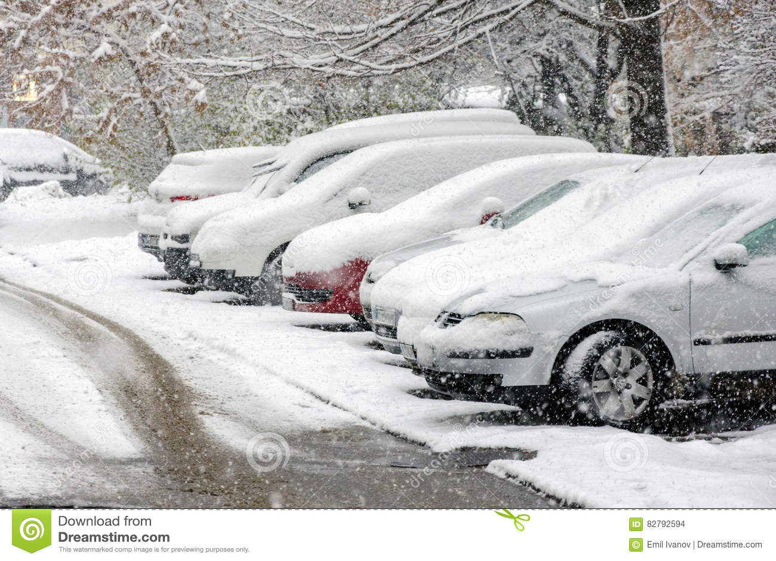 Dolda bilar för snö på parkeringsplats