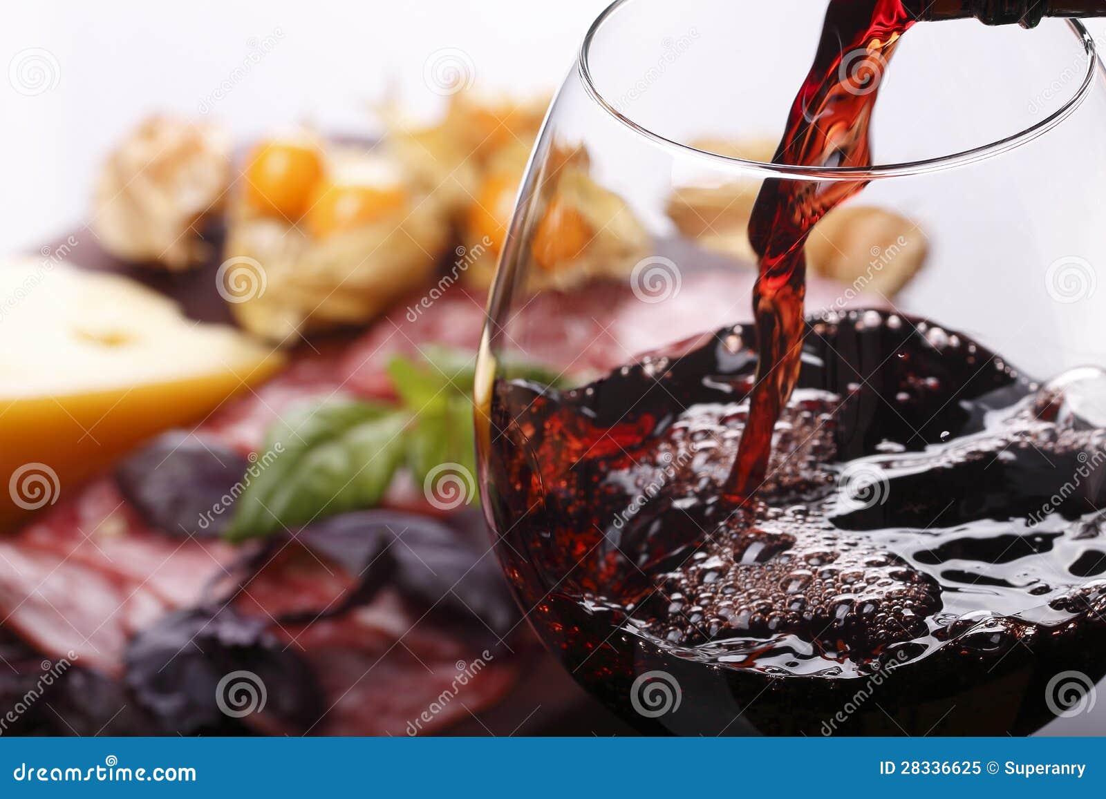 Dolewania wino w szkło i jedzenie