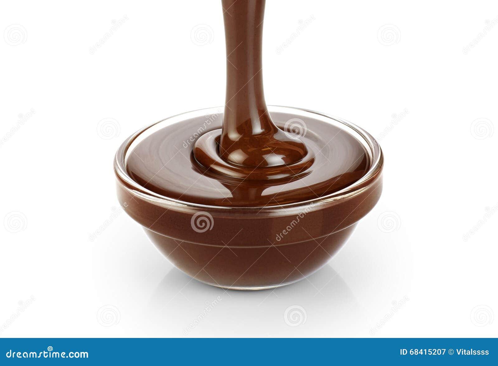 Dolewanie zmrok topił czekoladę odizolowywającą na białym tle