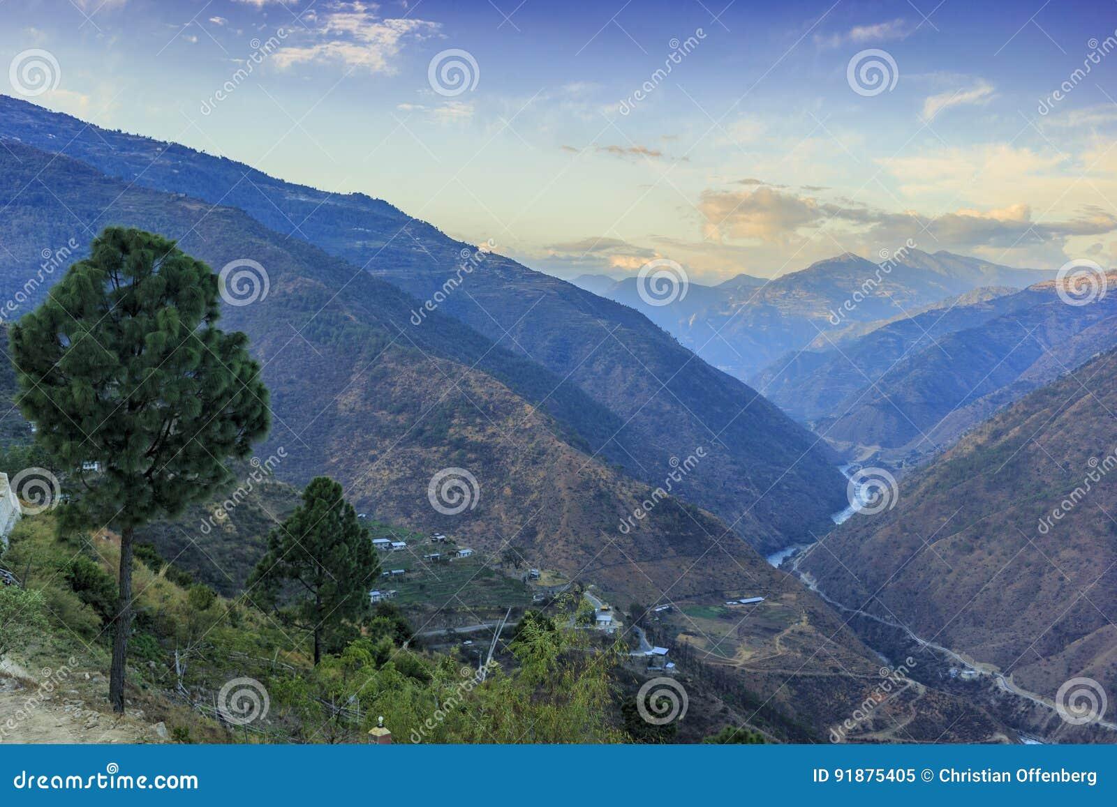 Dolina z pasmem górskim w backgorund Bhutan