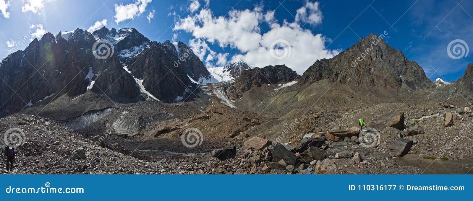 Dolina z widokiem góry i wycieczkowicze