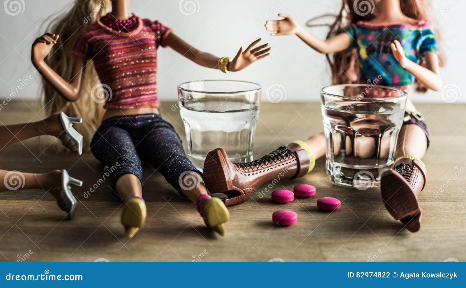 Doll die met schoten van wodka en roze pillen partying