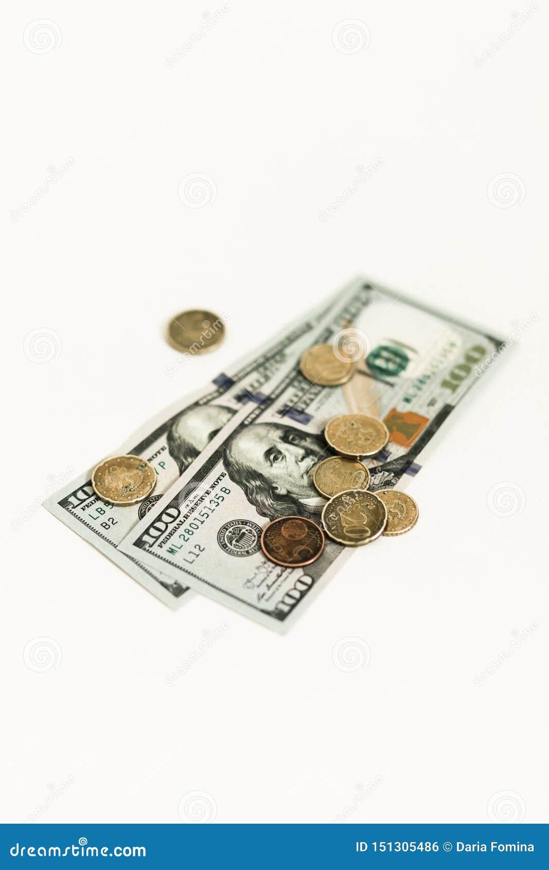 Dollari e centesimi isolati su fondo bianco